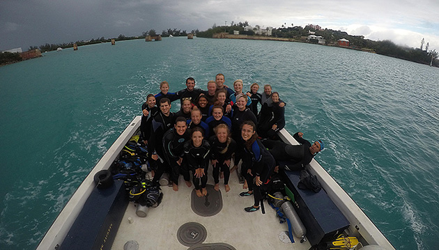 <p> 	2017 fall semester class poses for a photo after a dive.</p>